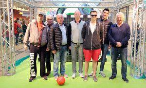 Euroacup-Helden im Allee-Center – Zum Abschluss traten die Oldies im Torwandschießen gegen die Centerbesucher an. Den Gewinn, nämlich eine Halbjahreskarte für den aktuellen 1. FC Magdeburg in der neuen Saison, gewann nach einem Stechen Stefan Eilsfeld. Herzlichen Glückwunsch! :-) #1fcm #fußball #fußballhelden #torwand #torwandschießen #machdeburch #wirlebenMagdeburg #magdeburgcity #magdeburg #alleecentermagdeburg #blog #magdeburgerkind #magmag