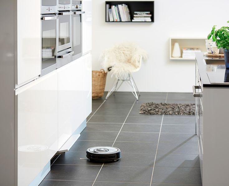 JKE Design har tænkt robotstøvsugeren ind i køkkenets design og lavet en løsning, hvor støvsugerens opladestation integreres i soklen, som skjuler både stikkontakt, oplader og selve robotstøvsugeren, når den ikke er i brug.