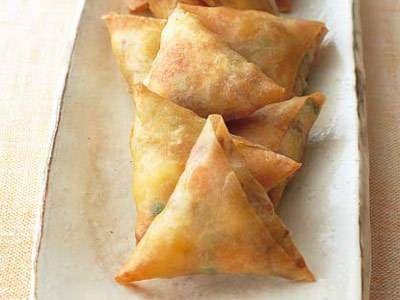 河野 雅子さんの豚肉を使った「かんたんサモサ」のレシピページです。カレー味のじゃがいもを皮で包んで揚げるインド料理、サモサ。冷凍豚こまと、じゃがいもで手軽に作れます。おつまみにぴったり! 材料: 豚肉、じゃがいも、ミックスベジタブル、春巻きの皮、カレー粉、塩、こしょう、サラダ油、小麦粉、揚げ油