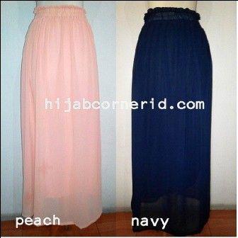 http://hijabcornerid.com : Rok Panjang atau Basic Skirts Chiffon desain dengan dua layer: layer pertama dari bahan chiffon dan layer kedua dari jersey. Tidak menerawang kalau dipake karena ada dua lapis kain yang menutupi. Ada 5 pilihan warna yang bisa sista pilih. Cantik dan trendi, pilihan terbaik bagi Hijabers Skirt Lover. Koleksi Februari dari @www.hijabcornerid.com