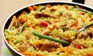 Paella de legumes e frango