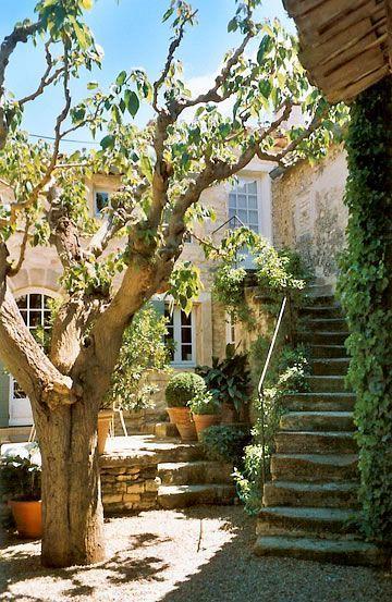 Mas des Roses - Gordes - jolis dénivelés d'escalier, pour créer des espaces: