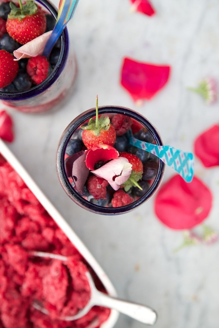 Home made slush puppie recipe. How to get your glass packed with fruit and all you need is a blender and the freezer. A simple recipe which can wow your guests - layer with whole fruit and top with edible petals