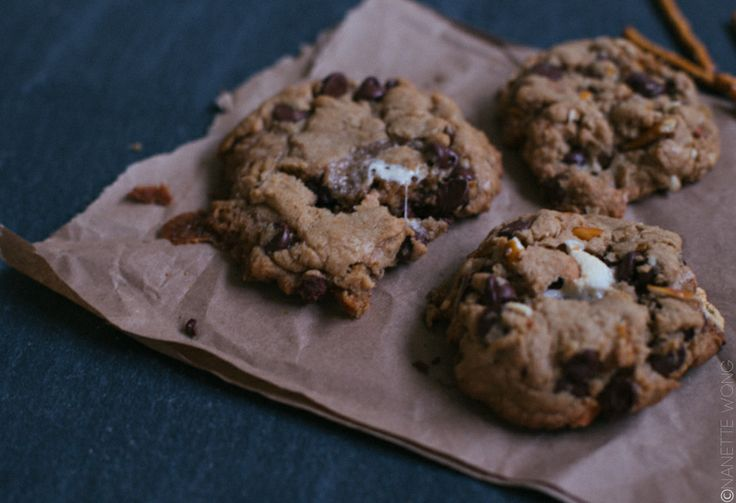 campfire cookies with chocolate, marshmallow and pretzels  >> cultural chromatics