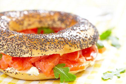 Découvrez cette recette rapide pour préparer un bagel au saumon fumé. Un petit plaisir gourmand qui ne se refuse pas.