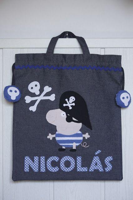 Las bolsas en tejano oscuro y predominando los azules.