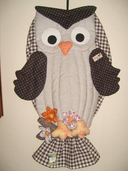Puxa saco feito com tecido 100% algodão, manta acrílica, enchimento siliconado e enfeitado com flores de fuxico. R$ 55,00