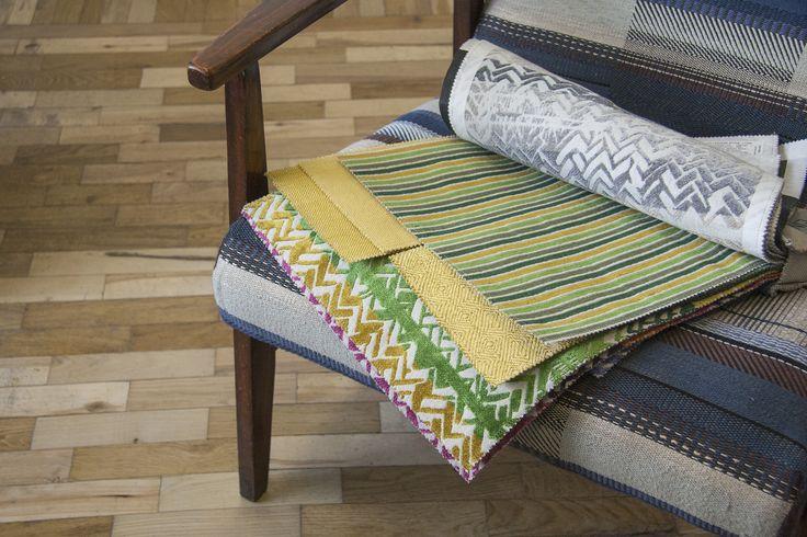 """Італійські велюри для оббивки меблів SHINE. Приглушені відтінки та яскраві кольори. 2 типи принтів: смужка SHINE L1394та """"розмитий"""" зигзаг SHINE L1395. Об`ємний візерунок. Відчуття м`якості, затишку та тепла #striped #interiorfabrics #interiorfabrics_sale #interiorfabrics_20% #november #textile"""