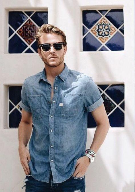 Camisa de manga curta jeans com óculos de sol Ray Ban Wayfarer. Ótima opção para estilo masculino