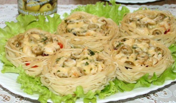 """""""Гнездышки"""" из спагетти с курицей, помидорами и оливками http://www.anymenu.ru/gnezdyshki-iz-spagetti-s-kuricej-pomidorami-olivkami/  Блюдо """"Гнездышки"""" из спагетти с курицей и овощами можно дополнить свежим овощным салатом или бокалом красного итальянского вина и ужин пройдет в праздничной и необычной атмосфере."""