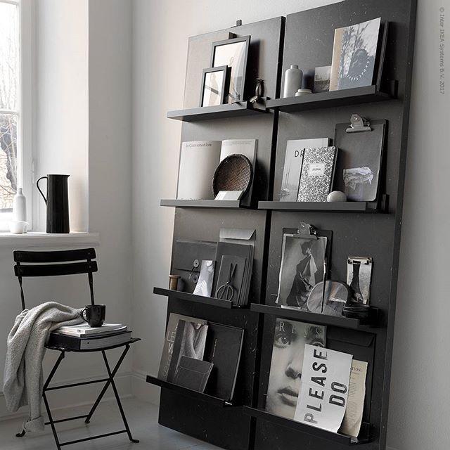 Snyggt och enkelt för favoriter du vill ha framme! Nya bänkskivan #SÄLJAN med #MOSSLANDA tavelhyllor blir till magasinhyllor i dagens DIY-tips. Instruktioner och inköpslista hittar du på IKEA.se/livethemma (länk i bio). Obs! Det är viktigt att hyllan fästs ordentligt i väggen så att den inte riskerar att tippa.