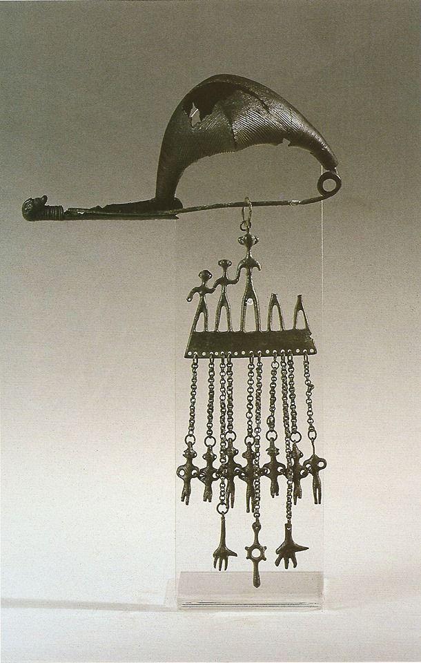 Fibula a navicella con pettorale in bronzo.