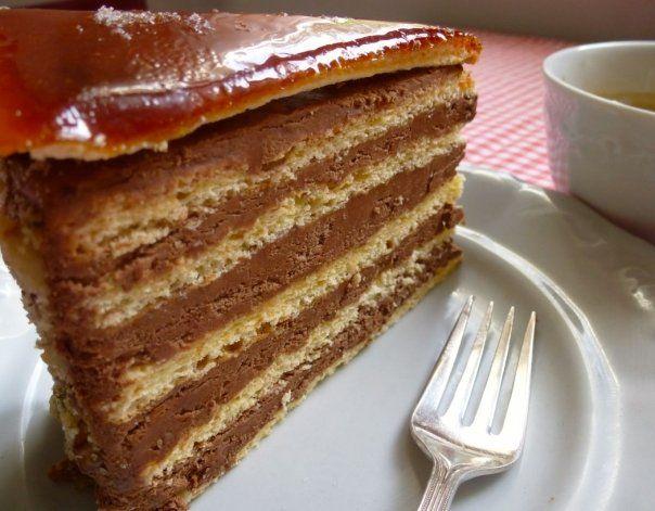 Tortul Dobos este un  desert traditional  din Ungaria, a carui reteta a ajuns sa fie apreciata in intreaga lume. Cu cat are mai multe foi, unse cu crema fina de ciocolata, cu atat este mai bun.     Ingrediente pentru tort Dobos:      Pentru blat:...