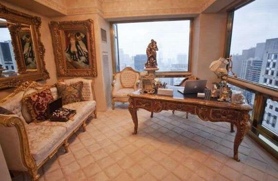 Le bureau de Melania: avec une petite valisette de bijoux signée Louis Vuitton. posée négligemment s... - (Photo: kein Anbieter)