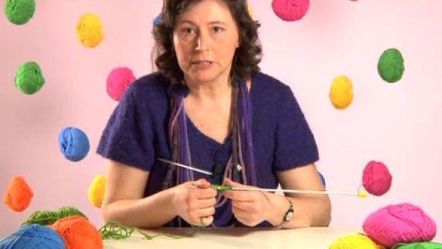 Impara a lavorare a maglia: il calato.  Segui i nostri video tutorial e impara a lavorare a maglia. Scopri la tecnica del calato e abbassa le maglie sul ferro.