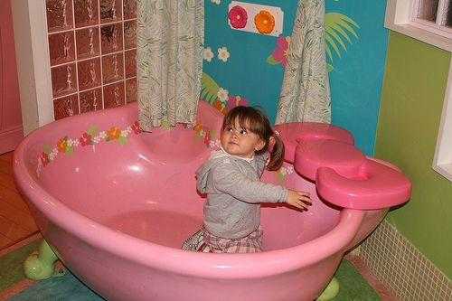 Hello Kitty Tub | ... took one look at this Hello Kitty bathtub and wants one for our place