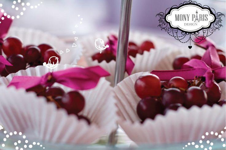 Mesés esküvő, vidám stílusú esküvő dekoráció, szüreti esküvő, gyümölcsös esküvő, lila esküvői dekoráció, desszert dekoráció