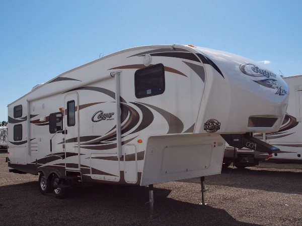 Lightweight 5th wheel from Cougar sleeps 4-6.
