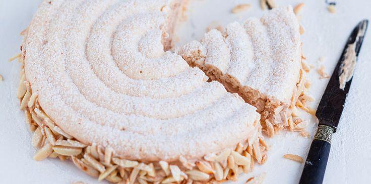 LE SUCCES (La dacquoise : 140 g de poudre d'amande, 140 g de sucre glace, 6 blancs d'œufs, 70 g de farine, 60 g de sucre) (CREME PRALINEE : 3 jaunes d'œufs, 120 g de sucre, 50 g d'eau, 180 g de beurre mou, 60 g de praliné) (MERINGUE ITALIENNE : 20 g d'eau, 50 g de sucre, 35 g de blancs d'oeufs + 10 g de sucre) (DECOR : amandes mondées)