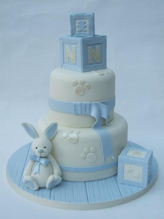 Boy baby shower cake > mooi onderboord, lief konijntje (Nicole, we can chance the bunny to a pastel yellow baby chick. I like the N Alphabet cube for Nico, though).