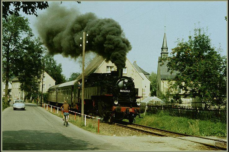 Schlettau - Crottendorf /  Keine Strecke im Erzgebirge zog wohl in den 80er Jahren mehr Eisenbahnfans an, als die Stichbahn von Schlettau nach Crottendorf. Hier wurde der gesamte Fahrplan mit Dampfbespannung abgewickelt. Zum Einsatz kamen neben 86 1501 auch die 1001 und die 1056.  Zu sehen ist 86 1501am 21.08.1986 bei der Ortsdurchfahrt Crottendorf. ( Um es wieder vorweg zu nehmen, natürlich auf ORWO-Color )