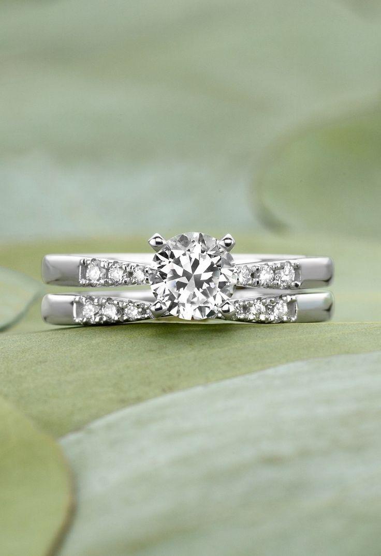 Glamorous And Distinctive Diamond Ring ==