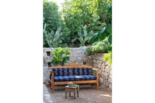 canap ray pour une terrasse entour e de verdure. Black Bedroom Furniture Sets. Home Design Ideas