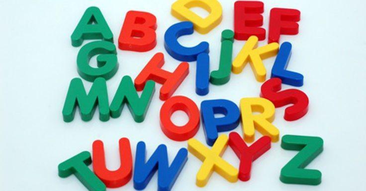 Como imprimir letras do alfabeto coloridas em casa. Se você estiver ensinando às crianças a ler e escrever, começar com as letras do alfabeto é uma das primeiras escolhas. Imprimir letras grandes e coloridas pode ser uma maneira divertida de decorar uma sala. As letras também podem servir para auxiliar o ensino. Por exemplo, você pode dar várias letras para as crianças e pedir para elas soletrarem ...