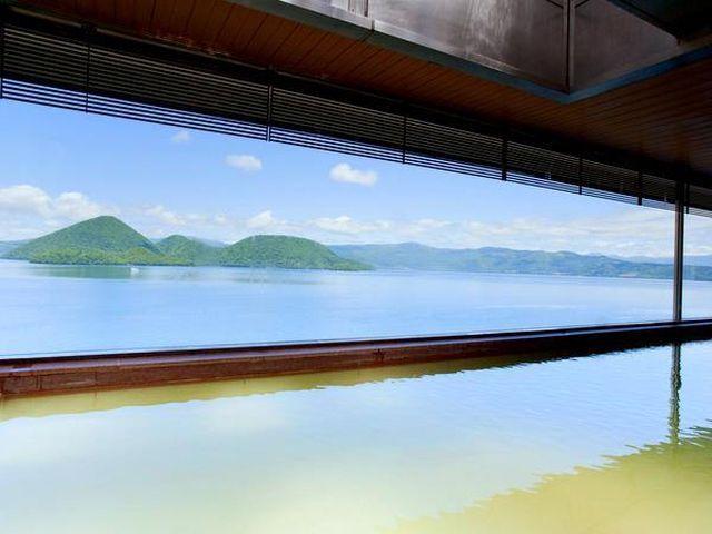 屋内大浴場からも大きな窓から洞爺湖の雄大な景色をお楽しみいただけます