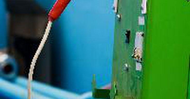 """Como conectar baterias em paralelo para aumentar o tempo de funcionamento (banco de bateria solar). Se você precisa conectar várias baterias em conjunto para criar um banco de baterias para um determinado projeto de abastecimento solar, você precisa saber como ligá-las """"em paralelo"""". Se o banco de baterias tiver de fornecer energia por um longo tempo ou se for usado como um backup, as baterias devem ser ligadas na ordem correta - positivo para ..."""