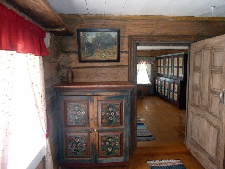 Интерьеры дома украшает расписная мебель. Фото Е. Шатковской