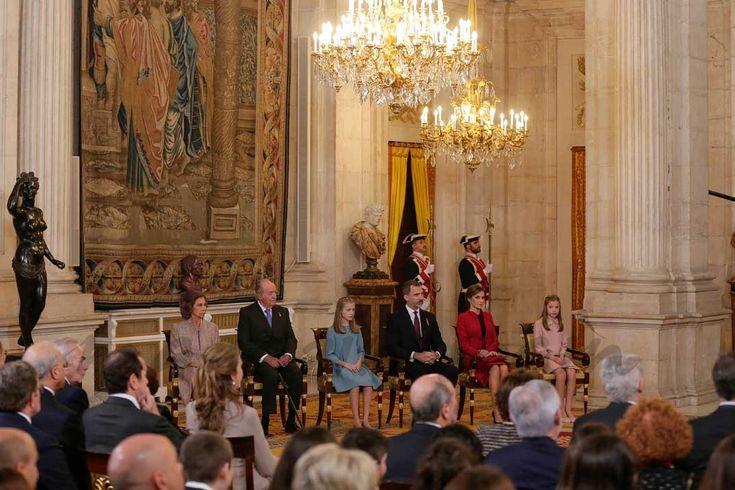 Con motivo de su 50 cumpleaños, el rey Felipe VI impone el Toisón de Oro a la princesa Leonor  Reina Sofia, Rey Juan Carlos, Rey Felipe, Reina Letizia, princesa Leonor e infanta Sofía