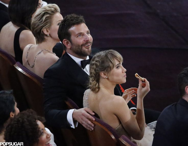 Bradley Cooper's girlfriend, Suki Waterhouse, snacked on pizza in the front row after Ellen passed around a few pies in the audience.