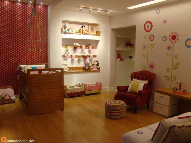 quarto de bebe menina nas cores vermelho e branco com tons madeira