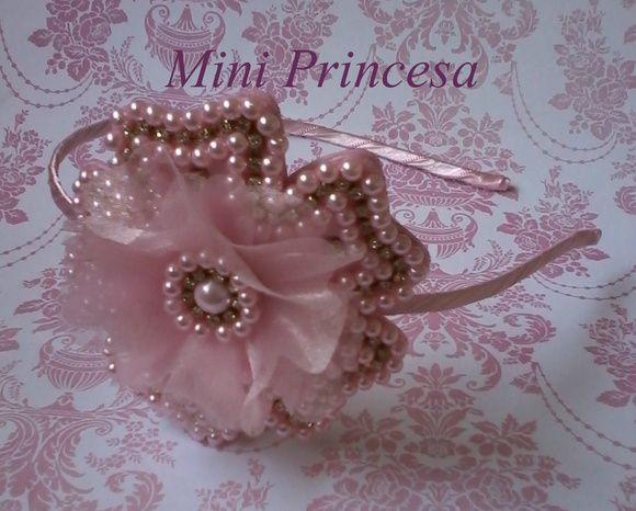 Tiara de ferro forrada em cetim rosa e flor bordada em pérolas rosa, strass e organza.  Cores:  Rosa,  Azul,  Branco,  Creme,  Vermelho,  Preto,  Dourado,  Lilás,  Pink,   Amarelo.