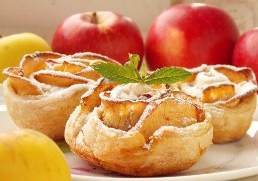 Печёные яблочные розы из слоёного теста.  Что может быть проще слоёного теста с яблоками? Это смотря как подать! Можно сделать простые «конвертики» или «уголки» с яблочной начинкой – или из тех же самых ингредиентов сотворить волшебные яблочные розы из слоёного теста!