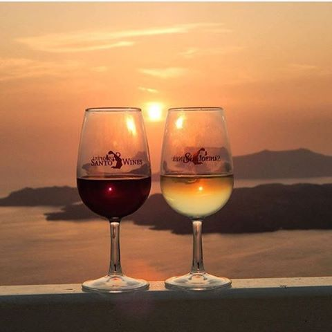 Everything is about the #sunset, the #wine and #Santorini! Photo credits: @santorini_greek_island
