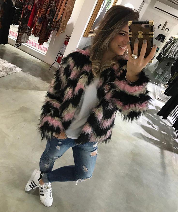 Em Outra Proposta de Uso, Nosso Casaco Pele #tricolor #deusooooo   Jeans, Camiseta Branca, Casaco Pele e Adidas, Pra Dar Um Estilo Mais Esportivo ao Look!!! ✔️ #suuupercool #despojado #lookqueamoabsurdamennnte #kiwistreetstyle #obsessed #looktotalllexclusivíssimoKiwi #lookoftheday #daywear #kiwifw17
