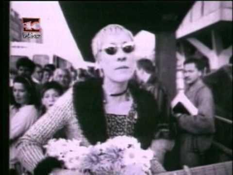 En Colombia pocos grupos le dieron importancia al tema de los videos musicales como Aterciopelados que con disco el Dorado tuvieron un éxito internacional y lograron hacer rotar su video en los canales de MTV. En el caso de Bolero Falaz el video incluye secuencias de animación suspendida (Stop Morion) que le dan un toque innovador y distintivo.