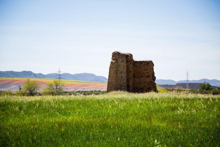 https://flic.kr/p/uyaYq3   Tierras Manchegas   Una antigua construcción cerca cerca de puerto llano, en el sur de Castilla la Mancha, grandes extensiones de campos de trigo y otras plantaciones.