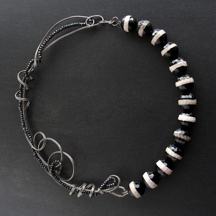 Χειροποίητο κολιέ από οξειδωμένο ασήμι 925 με ασπρόμαυρες πέτρες αχάτη και μαύρες πέτρες σπινέλιου.
