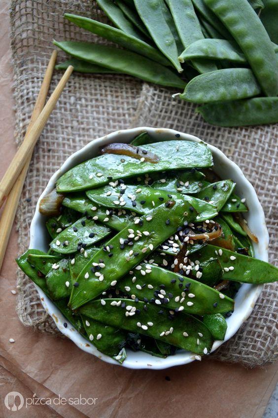 Estos chícharos chinos se sirven con una salsa de soya y jengibre que le da mucho sabor. Es muy fácil de hacer y están listos en 10 minutos o menos, la guarnición perfecta! www.pizcadesabor.com