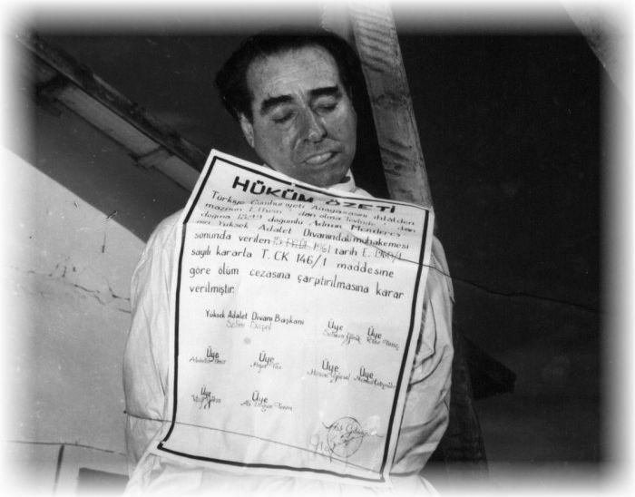 Στις 17 Σεπτεμβρίου του 1961, ένας στρατιώτης κλώτσησε με βία το σκαμνί που στηριζόταν ο Περισσότερα