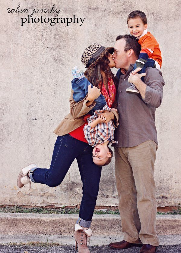 the leg up and kiss is what really makes this photo real. looks like it was just what comes naturally to them. gorgeous