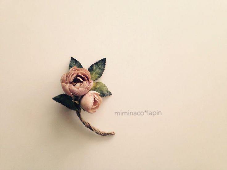 巻きバラをたくさん作りました。まずはシンプルでベーシックな型のコサージュに。レースリボンを付けようか悩み中です… #布花 #コサージュ