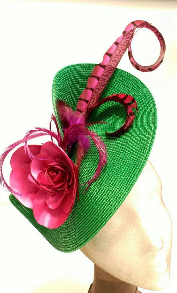 Tocado verde esmeralda y rosa fresa. La base del tocado es verde esmeralda decorada con flor y plumas rosas. Wedding guest outfits