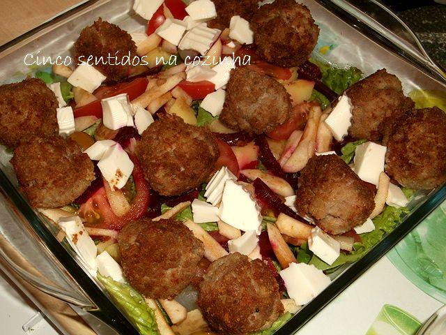 Cinco sentidos na cozinha: Salada fria de almôndegas de borrego e chouriça com queijo fresco, alface e maçã