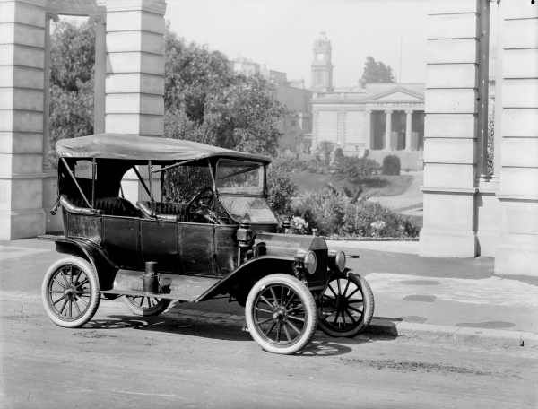 T-model Ford car parked outside Geelong Library at its launch in 1915