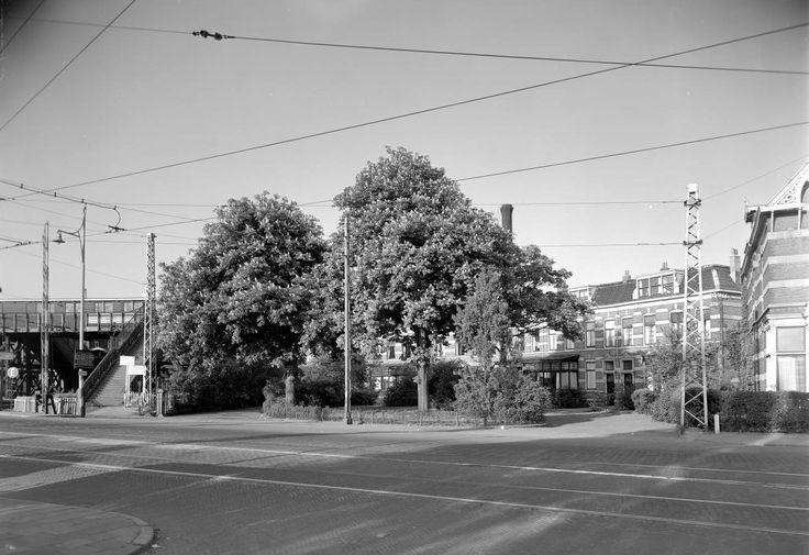 Het Terweepark met links de spoorwegovergang Rijnsburgerweg en de 'brug der zuchten' (1949) grondgebied Oegstgeest.