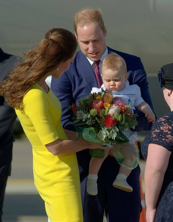 princesse Kate, prince william avec le prince Georges. Duchess Kate is talking to her son while Prince William is carrying his son Prince George.